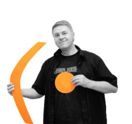 Mieste Hotopp-Riecke mit den Symbolen Klammer und Punkt in der Hand