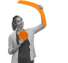 Steffi Bühnemann mit den Symbolen Kreis und Klammer in den Händen