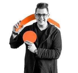 Foto von Max Engelmann mit .lkj)-Logo