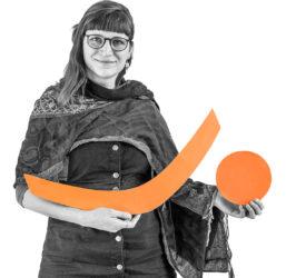 Christina mit den Symbolen Klammer und Punkt in den Händen