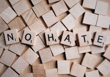 """Holzklötze, auf denen """"No Hate"""" steht"""