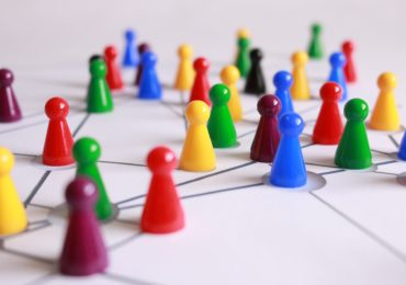 Bunte Spielfiguren bilden ein Netz