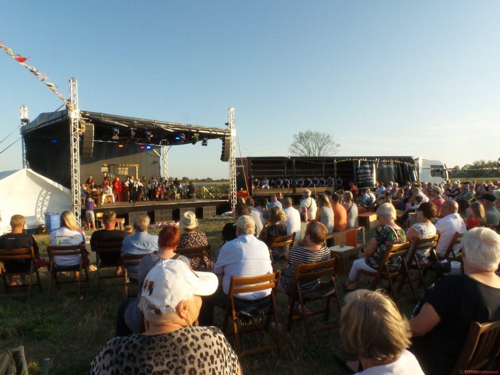 Das Bild zeigt die Bühne in Elbkulisse aus der Perspektive der Zuschauer.